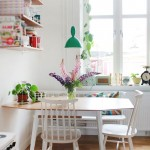 Dining alb amenajat pe colt cu lustra pendul verde