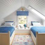 Dormitor la mansarda cu doua paturi amenajat cu lambriu