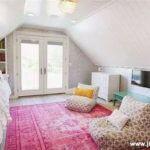 Dormitor de fetite cu covor roz si lambriu alb