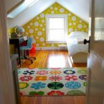Dormitor mic la mansarda cu perete de accent cu buline