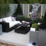 Terasa cu mobilier negru si multa vegetatie
