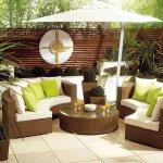 Terasa cu plante decorative si canapele pe curb