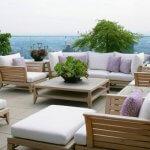 Rooftop cu mobilier din lemn si arbusti decorativi
