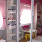 Camera de fetite cu rafturi suspendate pe colt