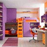 Camera de copii mov cu portocaliu cu mobilier multifunctional
