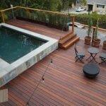 Terasa mare amenajata cu lemn si piatra cu piscina