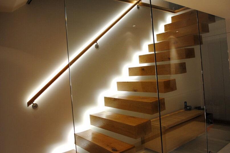 Scara moderna cu iluminare led si perete din sticla