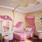 Dormitor galben cu elemente roz si nise cu sertare
