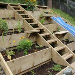 Amenajare gradina in panta cu lemn
