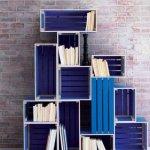 Biblioteca din lazi din lemn suprapuse