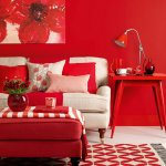 Living rosu cu taburet si tablou floral