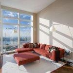 Living luminos cu canapea si taburet rosii