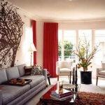 Living alb cu draperii rosii si canapea gri