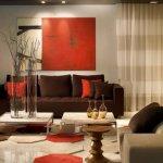 Living modern cu accente rosii si tablou minimalist