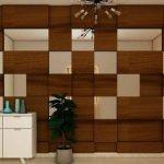 Perete cu panouri din lemn si oglinzi