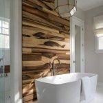 Baie cu perete din lemn prelungit pe tavan