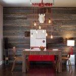 Dining modern cu perete placat cu scanduri