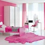 Roz aprins in dormitorul pentru fete