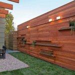 Gard modern cu etajere pentru plante