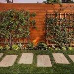 Gard din scanduri orizontale cu panouri pentru plante cataratoare