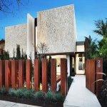 Casa moderna cu gard din sipci verticale din lemn