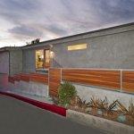 Gard in panta din beton si panouri de lemn