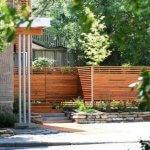 Gard modern din lemn cu soclu din piatra