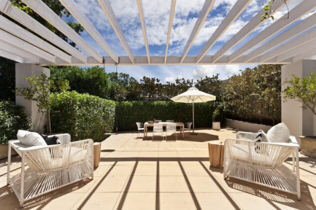 Pergola alba pentru terasa spatioasa