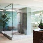 Baie extravaganta cu pereti din sticla
