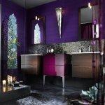 Baie in culori inchise cu mozaic si vitraliu