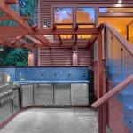 Bucatarie moderna in aer liber cu pergola din lemn