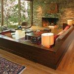 Living cu canapea din lemn si perete din caramida