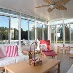 Living alb cu ferestre inalte si lustra ventilator