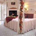 Dormitor cu baldachin si aranjamente florale