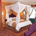 Dormitor cu baldachin si profile decorative egiptene
