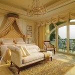 Dormitor luxos cu candelabru si draperii scurte