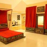 Dormitor minimalist cu elemente egiptene