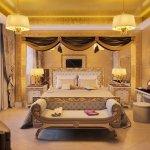 Dormitor cu iluminat ascuns si taburet curbat