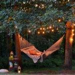 Loc de relaxare exterior cu hamac si luminite