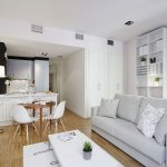 Living open space cu decor alb