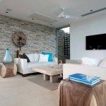 Living cu perete accent din piatra decorativa