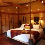 Dormitor rustic cu tv suspendat