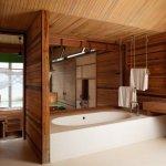Baie cu lambriu din lemn si tavan placat cu lemn