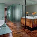 Baie cu parchet din lemn si pereti cu oglinda