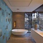 Baie moderna cu panouri din sticla pentru perete