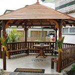 Foisor hexagonal cu balustrada din lemn