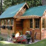 Cabana din lemn cu acoperis metalic verde