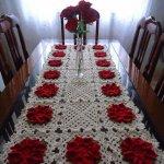 Fata de masa crosetata cu flori rosii