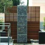 Gard modern din panouri din lemn si gabion