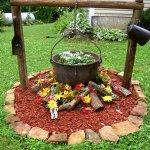 Aranjament floral cu ceaun folosit ca jardiniera si mulci